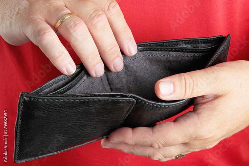 Fotomural  Man holding empty wallet. Deception, poverty, debts