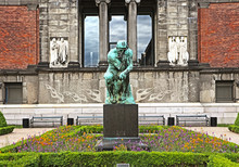 The Thinker Di Auguste Rodin (1840-1917 )  Made In The Year 1904 For The Ny Carlsberg Glyptotek Of Copenhagen, Now In The Public Park On The Back Of The Museum In Venetian Renaissance Style
