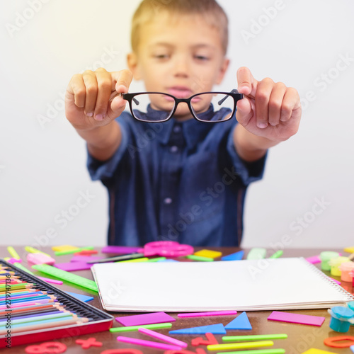 Fotografía  little boy with glasses correcting myopia close-up portrait Ophthalmology proble