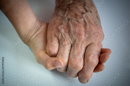 Fotografia mains enfant et personne agée