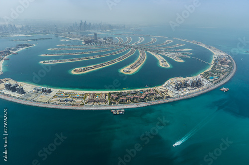 Tuinposter Dubai Dubai Palm artificial Island. View from hydroplane.