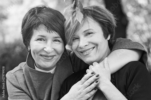 Closeup retro portrait of happy mature women 60s and 40s years outdoors Tableau sur Toile