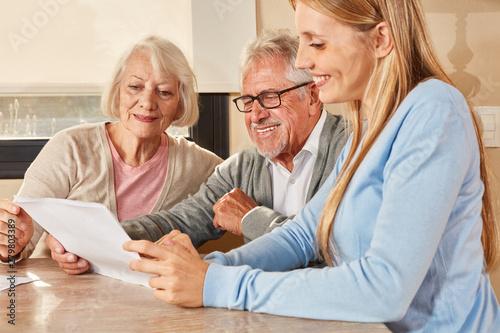 Obraz Tochter hilft Senioren bei Versicherung und Rente - fototapety do salonu