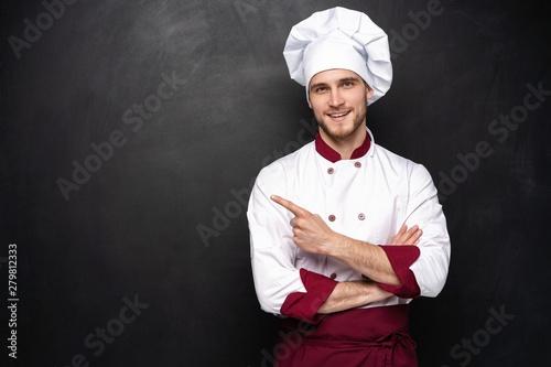 Fotografia  Chef presents something on a black background.