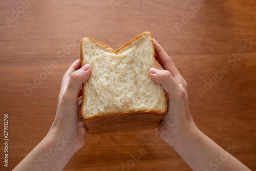 Photo  手で割った食パン 女性手元