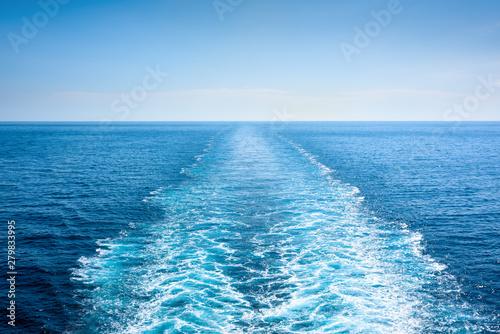 Montage in der Fensternische Himmelblau Straight ship trace in a high seas