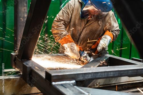 Stampa su Tela Metallarbeiter arbeitet mit den Winkelschleifer