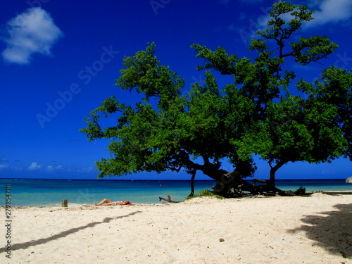 La pose en embrasure Bleu fonce Plage Cubaine Guardalavaca