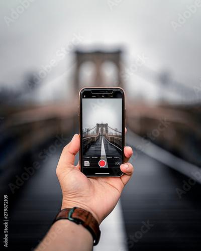 Obraz Brooklyn Bridge Phone - fototapety do salonu