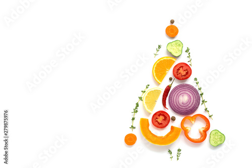 In de dag Keuken Christmas tree made of pieces of vegetables and fruits on a white background. The concept of vegan and vegetarian food. Top view, flat lay, copy space. Creative layout.