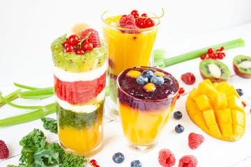 Wielowarstwowe smoothie z żółtych, zielonych i czerwonych owoców i warzyw