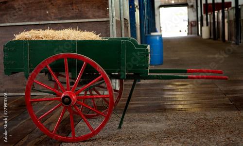 Fotomural  carro de madera cargado con el fardo