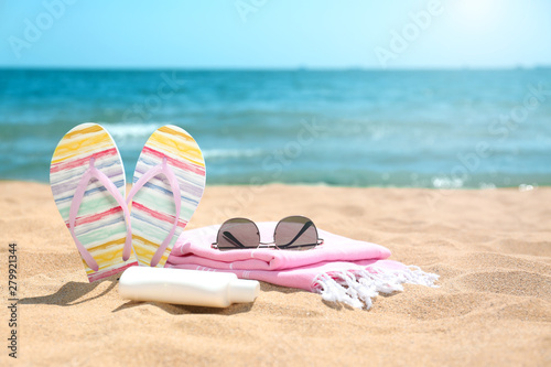 Fotomural  Set of different beach objects on sand near sea. Space for text