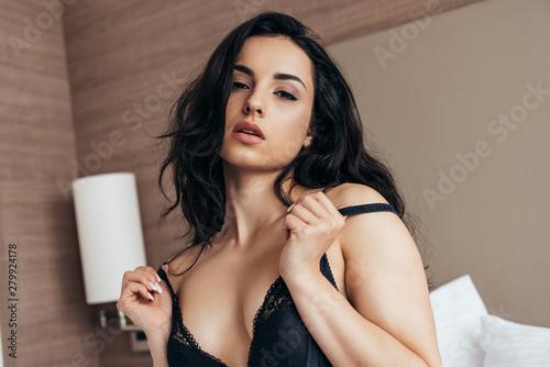 Fotografía sexy brunette young woman in black underwear on bed