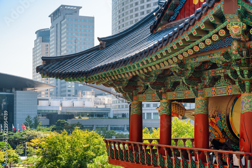 Colorful roof of Buddhist temple and scenic modern buildings Slika na platnu
