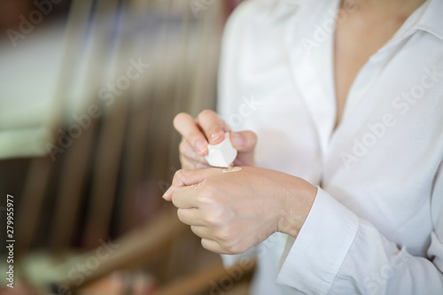 Fotografía  Close up hands of woman cosmetics using Sponge with Powder and Foundation for fr