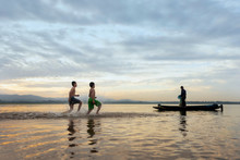 Children Fishermen Still Cast Fishing Villages.Son Fishing Swimming And Fishing Equipment. Happy The Smiles Of The Children.The Fishermen Will Cast On The Old Wooden Boat A Beautiful Morning Sunrise.