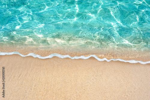 Autocollant pour porte Eau Soft blue ocean wave or clear sea on clean sandy beach summer concept