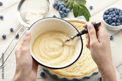 Photo  Woman preparing whipped cream for blueberry pie