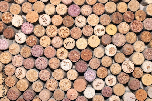 Poster Brandhout textuur Abstract background of used red and white wine corks with corkscrew marks on corks and calendar dates on some corks