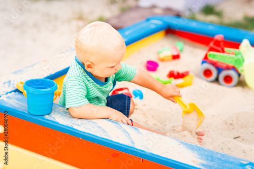 Photo  Cute baby boy playing in the sandbox