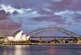 Sydney Harbour Bridge und Oper am Abend