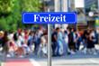 Freizeit auf blauem Schild mit Passanten