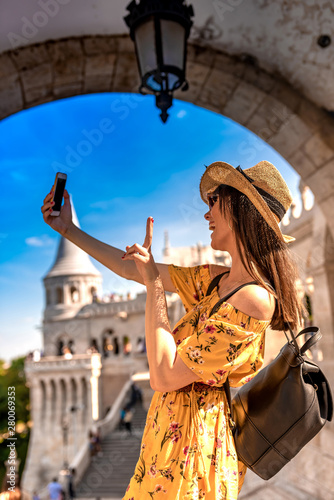 Fotografia A young woman enjoying her trip to the Castle of Budapest