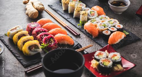 Sushi Set Sashimi und Sushirollen auf serviert Steinschiefer