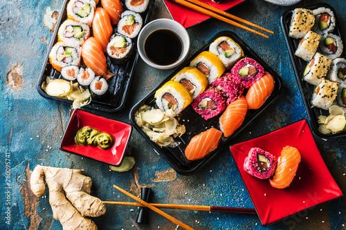 Poster de jardin Sushi bar Sushi Set Sashimi und Sushirollen auf serviert Steinschiefer