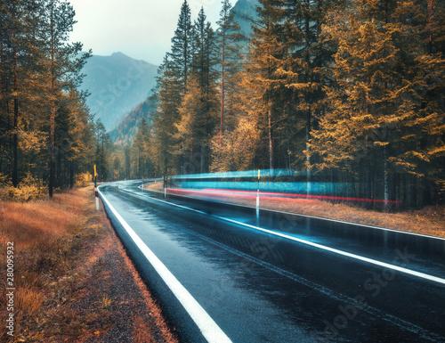 zamazany-samochod-na-drodze-w-jesien-lesie-w-deszczu-idealna-gorska-droga-asfaltowa-w-pochmurny-deszczowy-dzien-jezdnia-drzewa-poma