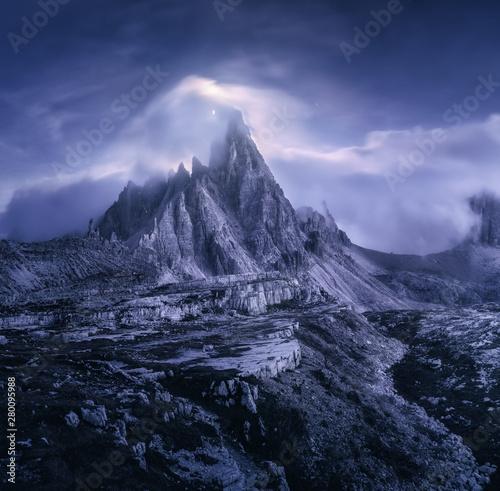 gory-w-mgle-przy-piekna-noca-marzycielski-krajobraz-z-gorskimi-szczytami-kamieniami-trawa-fioletowym-niebem-z-niewyraznymi-niskimi-chmurami-gwiazdami-i-ksiezycem-skaly-o-zmierzchu-tre-cime-w-dolomitach-wlochy-alpy-wloskie