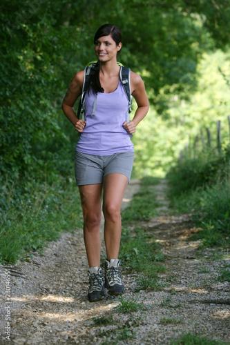 Jeune femme faisant de la randonnée Canvas Print