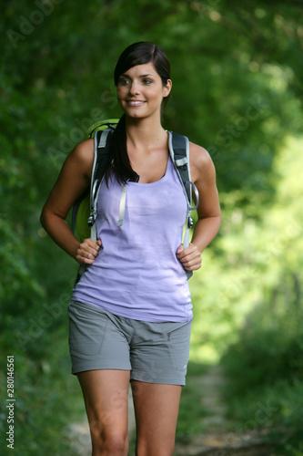 Photo  Jeune femme faisant de la randonnée