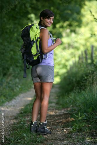 Jeune femme faisant de la randonnée Wallpaper Mural