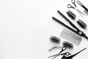 Set frizerskih alata i pribora na bijeloj pozadini