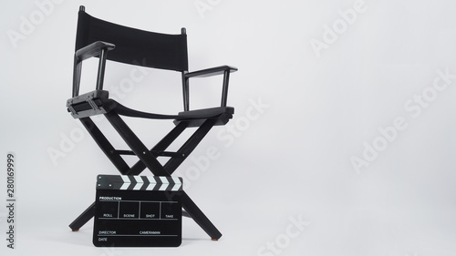 Photo Black Clapper board or movie slate with director chair use in video production or movie and cinema industry