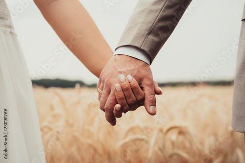 Obraz na plátně  Brautpaar halten sich an den Händen
