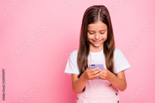 Foto  Closeup photo of little lady holiday time hands hold new telephone writing frien