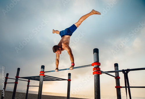 fitness, sport, training, calisthenics and lifestyle concept - young man exercis Fototapet