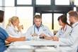 Leinwandbild Motiv Oberarzt bespricht Zusammenarbeit im Team