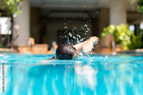 Carta da parati Unidentified woman doing front crawl swimming in swimming pool on vacation
