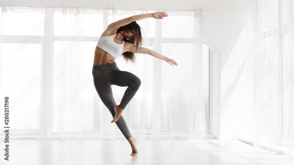 Fototapeta Girl Training Contemp In Modern Dance Studio. Copy Space