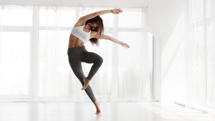 Treniranje djevojčica u savremenom plesnom studiju. Kopiraj prostor