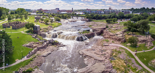 Obraz Aerial panorama of the falls in Sioux Falls, South Dakota and Falls Park. - fototapety do salonu