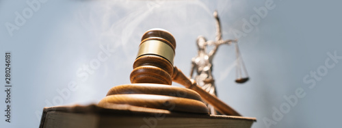 Fotografía  Statue of lady justice on bright background - Side view with copy space