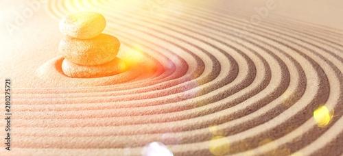 Photo sur Plexiglas Zen pierres a sable Japanese zen garden with stone in raked sand