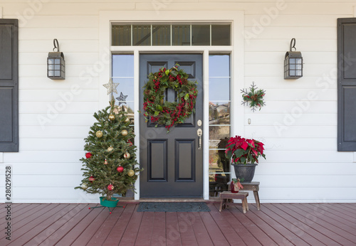 Fotomural  Christmas Decorations At Front Door of House