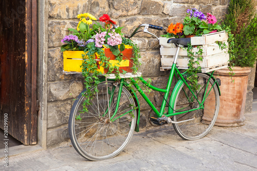 Foto op Plexiglas Green bicycle decorated with flowers parked in Florence