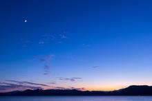月と夕暮れ 田沢湖 湖
